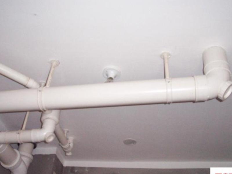 横穿天花板的管道